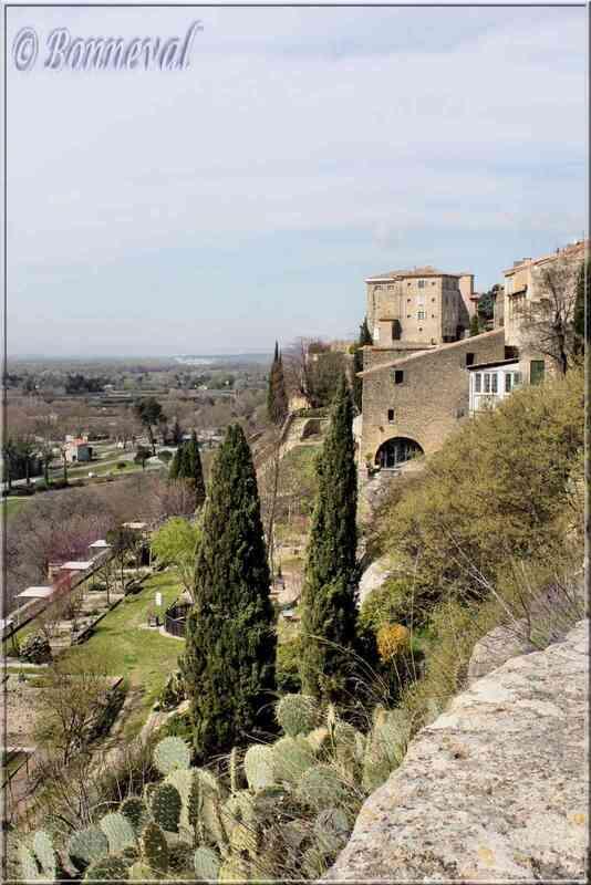 Lauris Vaucluse jardins du château vus du chemin de ronde
