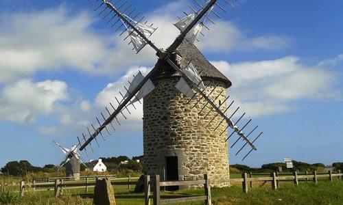 Le moulin à vent de Trouguer à Cléden Cap Sizun Finistère