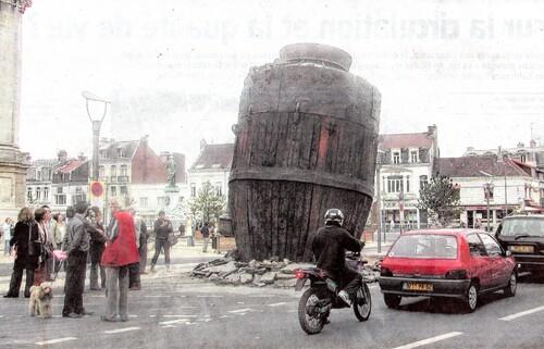 Une étrange fusée plantée boulevard Pasteur