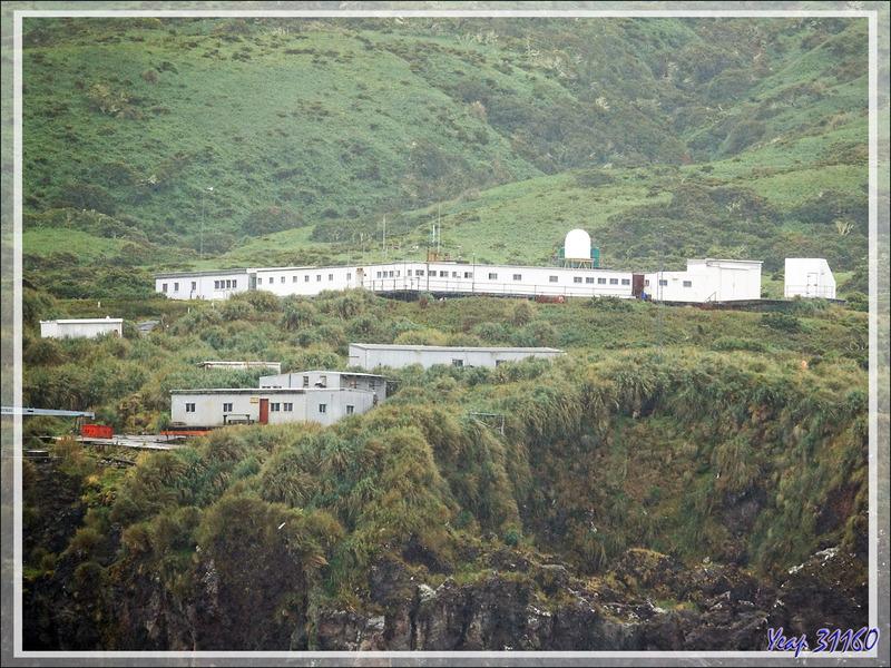 Gough Island : côte sud-est avec la station météorologique sud-africaine - Tristan da Cunha