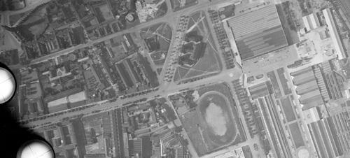 Lille - Centre-ville en 1951, Avenue du Président Hoover (les tours ne sont pas encore sorties de terre), Hôtel de ville à gauche (remonterletemps.ign.fr)