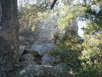 Au pied de la pierre d'Avenon. En principe, on la contourne par la droite, mais une barrière nous arrête