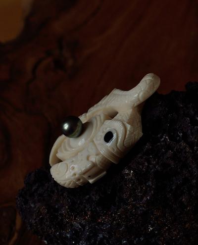 Blog de usulebis : Usulebis ,Artisan créateur de bijoux polynésiens , contact : usulebis@hotmail.fr, Pendentif Twist double Tiki (perle noir de Tahiti et corail noir)
