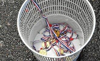 Les personnels soignants ont symboliquement jeté leurs médailles à la poubelle…