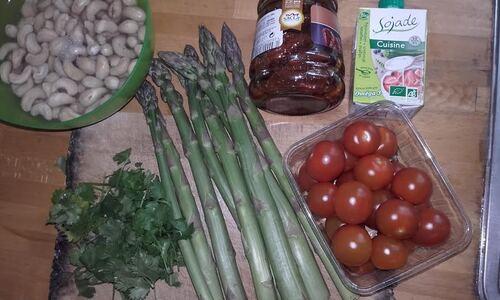 Pâtes aux asperges, sauce cajou et tomates séchées