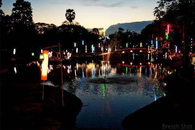 Ayutthaya, l'animation nocturne - Une myriade de couleurs frémissantes dans l'eau des canaux qui quadrillent la ville en ruines d'Ayutthaya