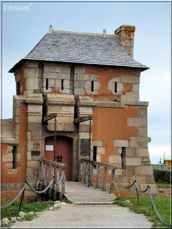 La Tour Vauban pont-levis et entrée du Corps de Garde Camaret Finistère