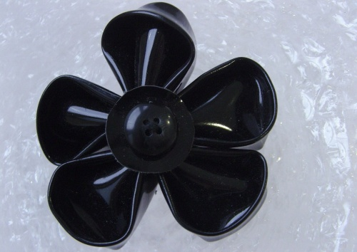 Broche fleur en plastique