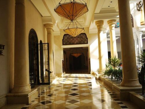 En flânant dans les immenses couloirs