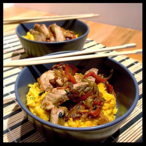 Wok au porc et légumes caramélisés à la sauce soja, riz d'Asie