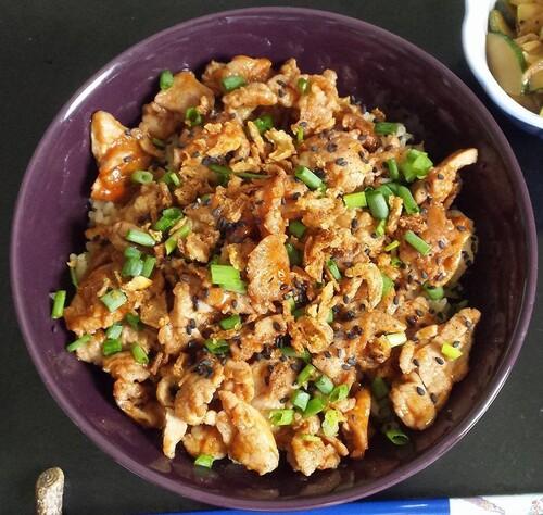 DONBURI DE PORC à LA CORÉENE - Bol de riz surmonté de porc sauté au Gochujang