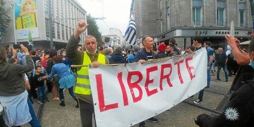 Scandant «Tous ensemble», «Liberté», quelque 2000 manifestants ont défilé ce samedi après-midi dans les rues de Brest.