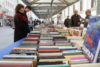 7736847-moscow--april-7-reading-city--sale-of-books-in-the-center-of-moscow-on-arbat-street-april-7-