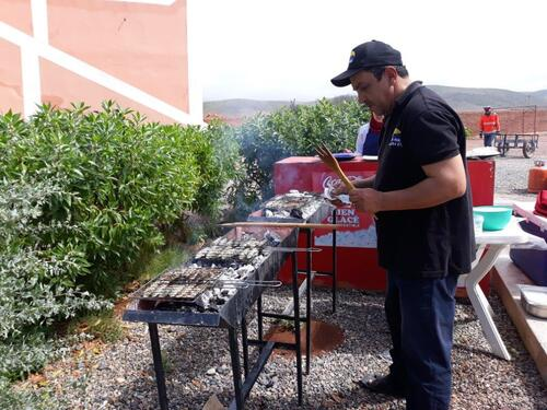 Le chef surveille le barbecue