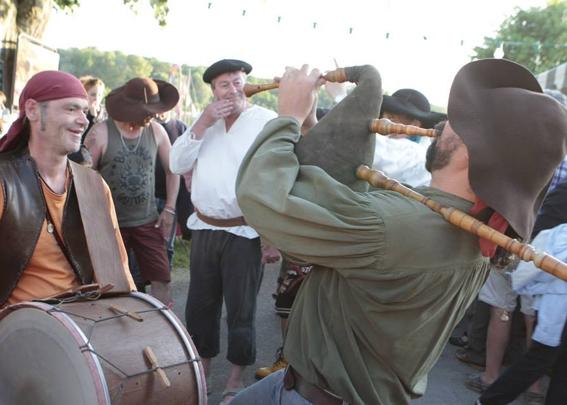 Les Agités du Bouzin à Ousson-sur-Loire - Duo veuze / davul pour un bain de foule