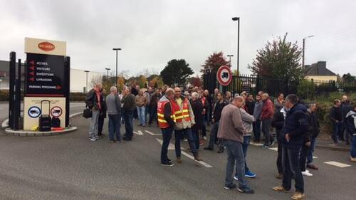 Ce mardi matin, ce sont près de 200 salariés qui manifestent devant l'usine Bigard de Quimperlé.