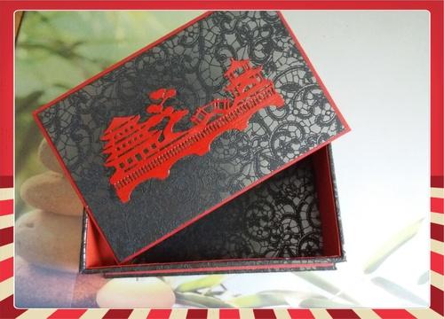 Cartonnage en rouge et noir