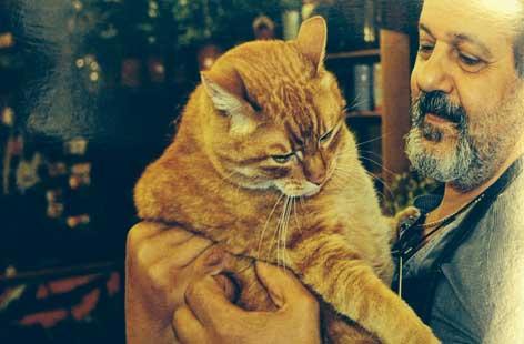 Le chat mascotte d'un fleuriste parisien