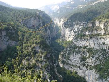 "Les gorges du Rio Yaga (en jaune, passage approximatif de la  ""senda colgada"""