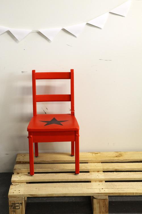 Collection REDROUGE : la chaise en bois étoile noire