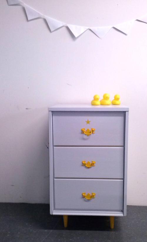 Collection GRIGRIS PERLE : le chevet aux détails jaunes