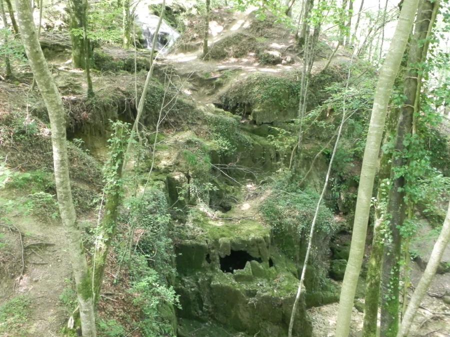 La source qui alimente la cascade du Tuf à Mesnay
