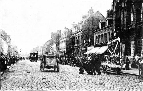 Une course automobile durant la fête des fleurs