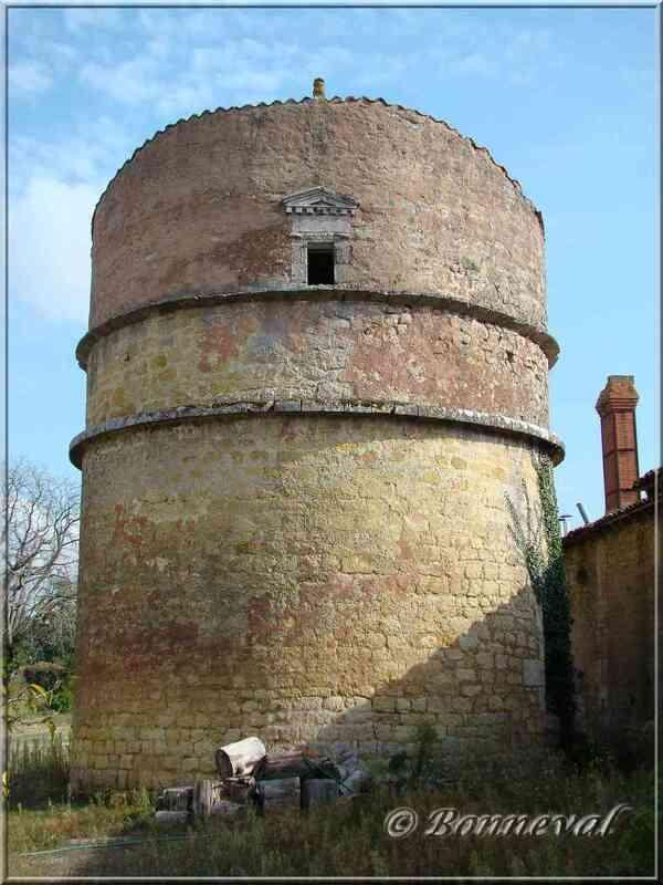 Les Pigeonniers colombier sur pied du Château Chesnel Charente