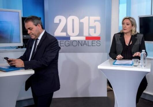 Xavier Bertrand (g) et Marine Le Pen sur un plateau de France 3, le 2 décembre 2015 à Lille