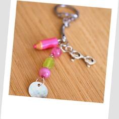 Joli porte-clés grigri ou bijou de sac  vert et rose cadeau pour la maîtresse