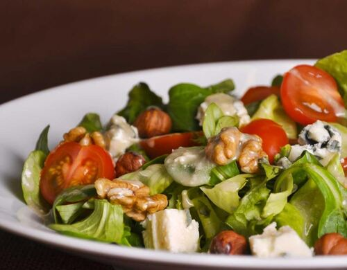 Salade aux noisettes et noix sauce roquefort