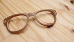 crédit photo : http://blog-espritdesign.com/crowdfunding/mu-designer-de-lunettes-en-bois-made-in-france-16053/attachment/mu-designer-de-lunettes-en-bois-made-in-france-glasses-wood-fashion-blog-espritdesign-2