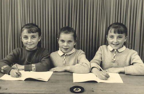 Trois petites soeurs à l'école