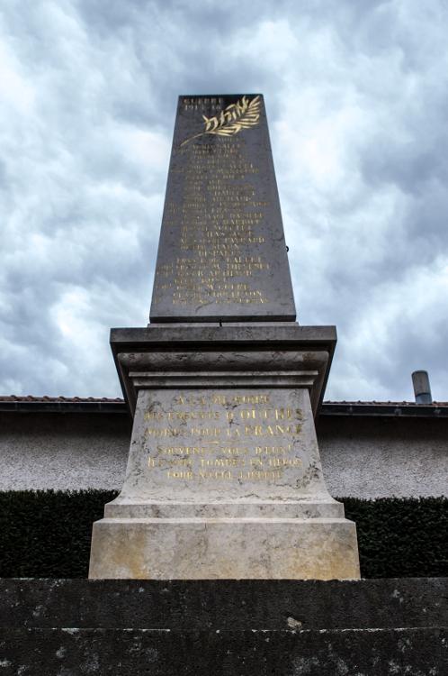 Monuments aux morts en Roannais #4, Ouches, avril 2014