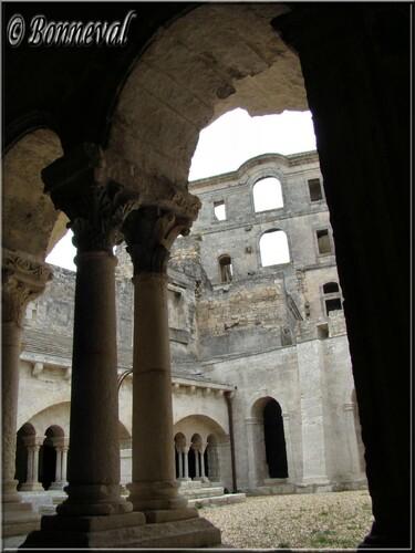 Abbaye de Montmajour cloître galerie ouest et les vestiges du Monastère Saint-Maur