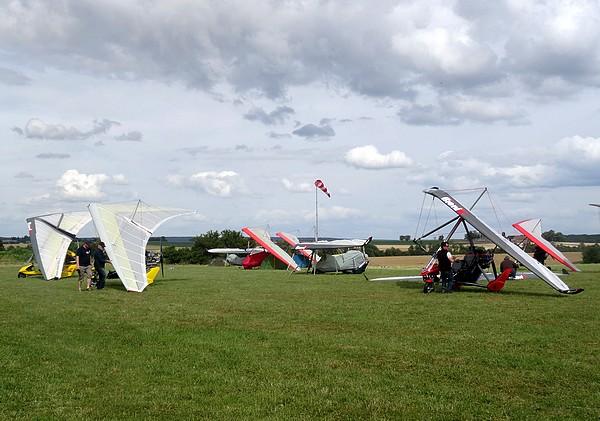 Un beau rassemblement d'U.L.M. au terrain d'aviation de Châtillon sur Seine...