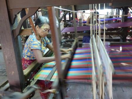 Visite chez les tisserands de soie.
