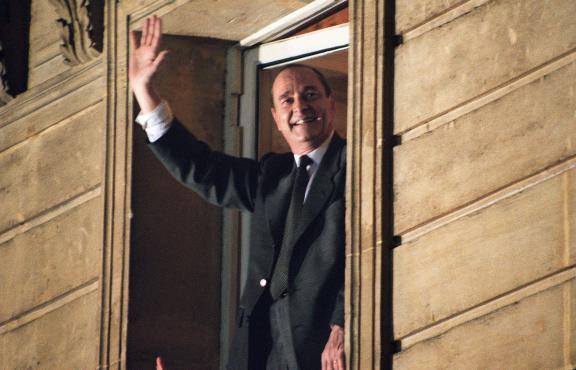 Jacques Chirac salue la foule depuis le balcon de la permanence électorale du RPR, le 7 mai 1995, après son élection.