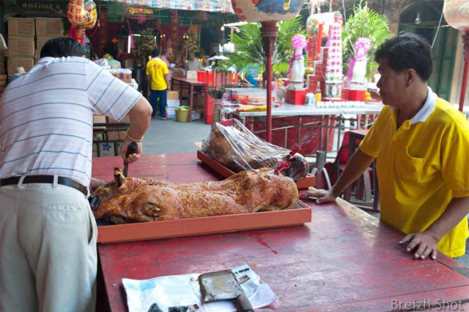 Une fête chinoise près du Chao Phraya à Bangkok : La découpe est une affaire sérieuse