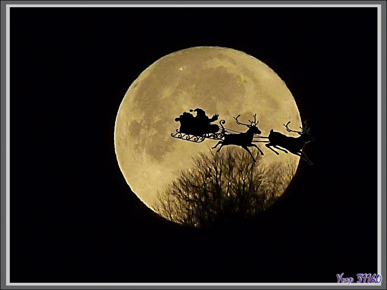 7 h 22, je sors et que vois-je, la Lune disparaissant derrière la montagne et le Père Noël qui terminait sa dure nuit !