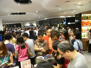 HK_Causeway_Bay_Hysan_Place_Eslite_Bookstore_interior_visitors_Aug-2012