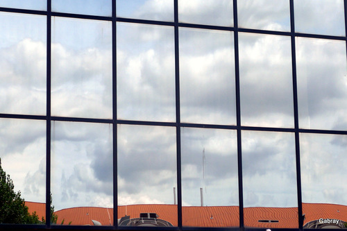 Toulouse: façade vitrée et reflets ...