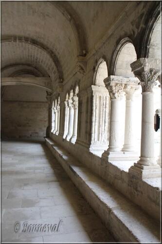 Abbaye de Montmajour cloître galerie est aqueduc travée du fond