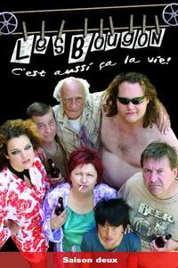 """Les Bougon : Paul Bougon, débardeur au port de Montréal, voulant dénoncer le trafic illicite et les magouilles sur son lieu de travail, reçoit un avertissement solide. Patrons et employés lui font comprendre qu'il ne devrait avoir rien vu. Paul Bougon décide alors qu'il ne verra plus jamais rien. Avec sa famille, il """"fourrera"""" le système, les riches, les """"crosseurs"""", les considérant comme pourris. ... ----- ...  Langue du Film: VFQ Diffusion d'origine: 2004-2006 Nationalité: Québec Canada Genre: Série comique Cast: Réalisateur Alain Desrochers, Acteurs :Rémy Girard, Louison Danis, Antoine Bertrand, Hélène Bourgeois-Leclerc, Rosalee Jacques"""