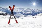 Des skis face au soleil