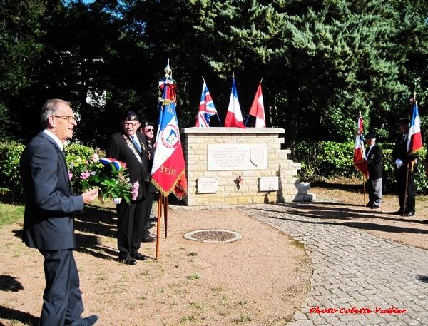 La cérémonie pour fêter l'anniversaire de  la libération de Châtillon sur Seine, vue par René Drappier