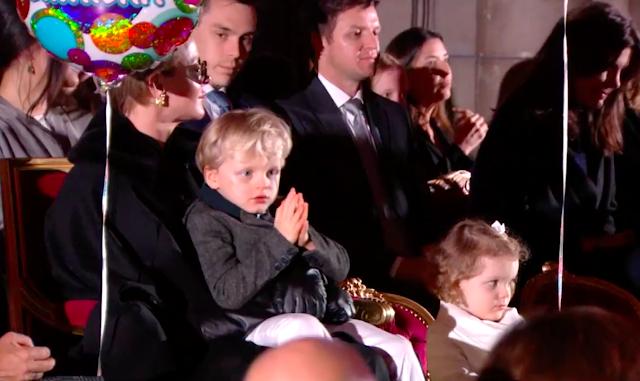 La famille princière au spectacle pour les 60 ans d'Albert