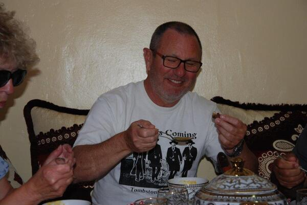 JD qui mange une datte...il n'aime pas !!!!