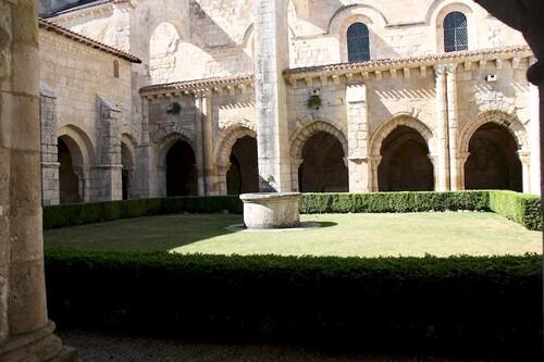 Le cloître de l'abbaye de Nieul sur l'Autise