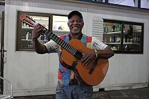 Cuba-La Havane(66 )sourire cubain au marché artisanal